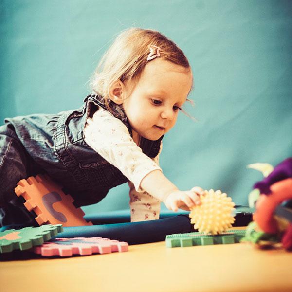 Therapie und im speziellen Ergotherapie unterstützt Kinder die Anforderungen des Alltags zu meistern.